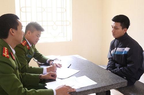 Điều tra viên lấy lời khai của nghi phạm Khang.
