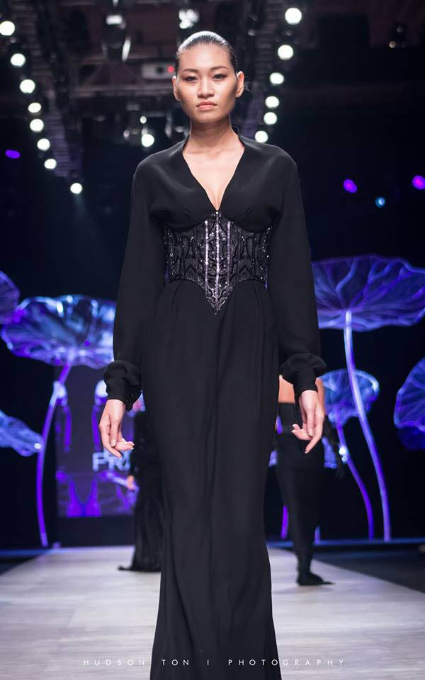 Kim Anh trình diễn trong một show thời trang.