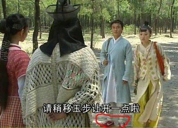 Trương Vệ Kiện đi giầy thể thao khi vào vai Trương Tam Phong trong phim Thời niên thiếu của Trương Tam Phong.