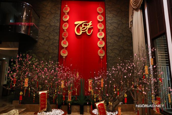 Nhà riêng của ông hoàng nhạc Việt trang trí hai cây đào rất đẹp ở phòng khách. Năm nay anh chỉ ăn Tết hai ngày vì bận chạy show ở hải ngoại.