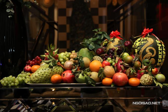 Mâm ngũ quả nhà Mr Đàm bày đủ loại trái cây tươi ngon, chín mọng.