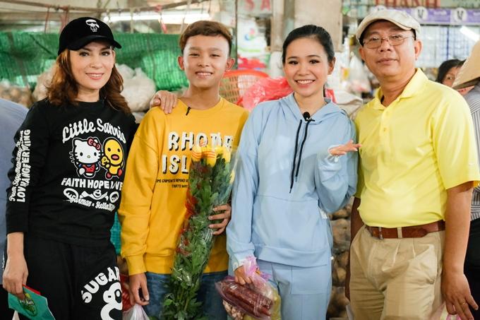 Phi Nhung (trái) cùng hai con nuôi làHồ Văn Cường (áo vàng) và Quỳnh Trang (áo xanh) hội ngộ nghệ sĩ Trung Dân trong chương trình Việt Nam tươi đẹp.