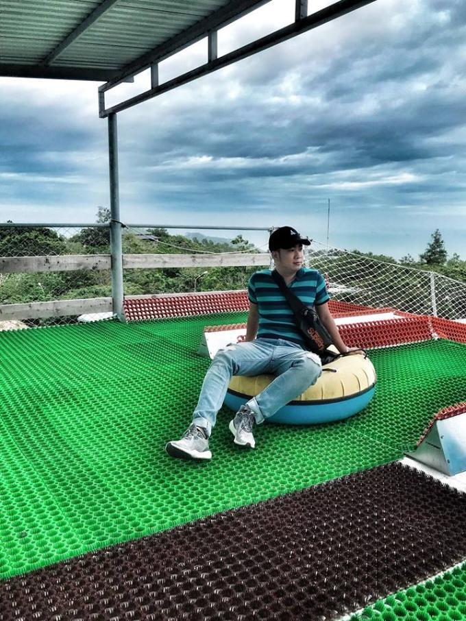 Tùy theo sở thích, bạn có thể tìm cho mình các trò giải trí công nghệ hiện đại như trượt cỏ Ultimate Slide, Quick Jump, Drift King, Tazzan, đu dây Zipline, trượt dốc... thách thức và mạo hiểm. Khu vui chơi trong nhà sôi động với hơn 70 trò chơi đa dạng để lựa chọn. Hay bạn có thể đắm mình trong làn nước mát tại công viên nước trên núi đầu tiên tại Việt Nam nổi bật với hệ thống đường trượt ngoạn mục và trò chơi bóng nước.