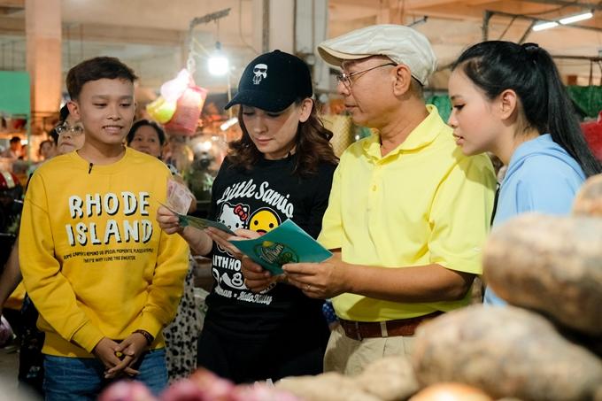 Trung Dân cùng gia đình Phi Nhung nhiệt tình tham gia thử thách đi chợ từ ban tổ chức. Sau nhiều năm sinh sống ở hải ngoại, Phi Nhung háo hức được trải nghiệm văn hóa và không gian sinh hoạt của bà con dịp Tết, đặc biệt tại các tỉnh miền Tây.