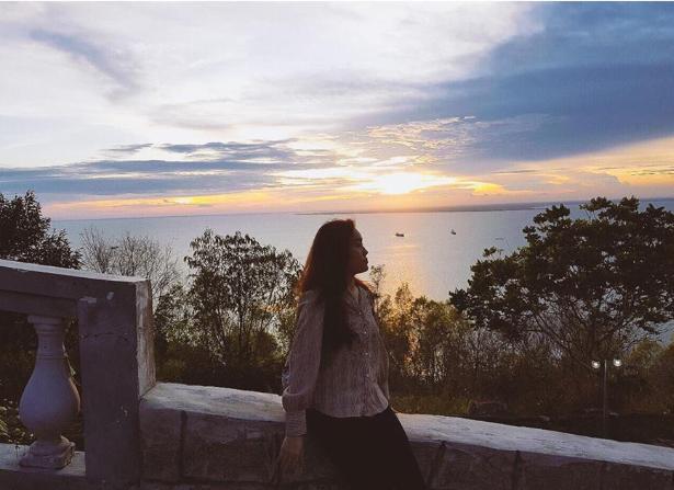 Với vị trí nằm trên đỉnh núi Tương Kỳ - nóc nhà của TP Vũng Tàu, Hồ Mây Park đem lại cho du khách nhiều góc chụp hình toàn thành phố hay biển trời bao la mà không lo đụng hàng. Cảnh hoàng hôn nơi đây rất lãng mạn, rực rỡ, cho bạn những shoot hình đẹp lung linh.