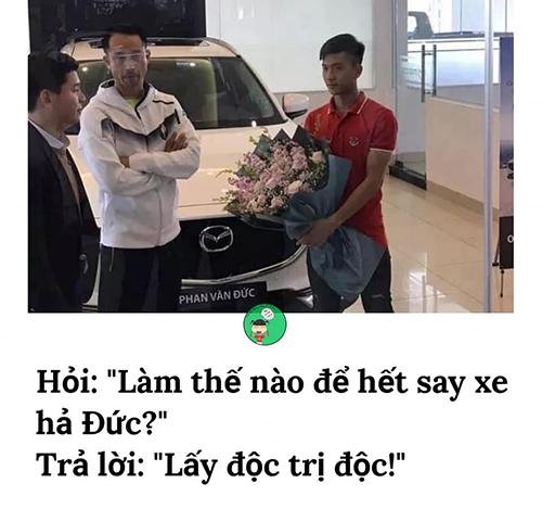 Chiều 29/1, Phan Văn Đức mua chiếc ôtô tại TP Vinh, Nghệ An với giáhơn một tỷ đồng để tặng mẹ sau một năm thi đấu thành công.Hình ảnhcầu thủ sinh năm 1996 ngồi trong chiếc ôtô cáu cạnh lái xe khiến fan bất ngờ và thích thúbởi nam cầu thủ vốn bị say xe khá nặng. Người hâm mộ đồ rằng anh mua xe để lấy độc trị độc cho hết say xe.