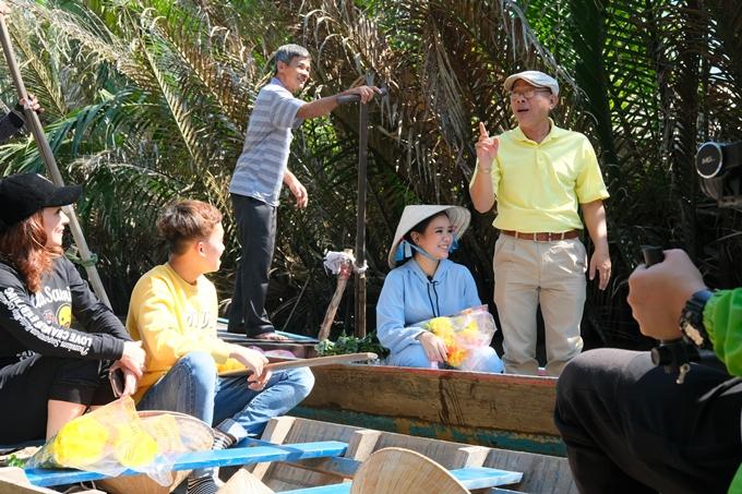 Sau đó, các nghệ sĩ được người dân đưa đi tham quan bằng xuồng - một hình thức di chuyển quen thuộc của miền Tây sông nước.