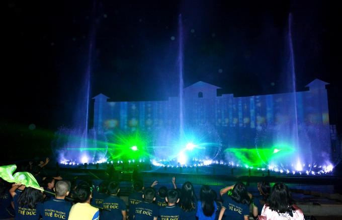 Đặc biệt, sân khấu đại tiệc này có sự góp mặt của màn hình khổng lổ 2.500 inches cùng công nghệ trình chiếu mapping tân tiến. Chương trình sẽ trình diễn định kỳ vào 19h30 hàng ngày, tại sân khấu nhạc nước Hồ Mây Park và đã nằm trong giá vé trọn gói tại khu du lịch.