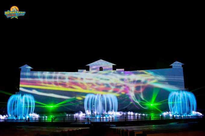 Với độ dài trình diễn hơn 30 phút, Hồ Mây Grand Show sẽ là nơi du khách được thưởng thức các vũ điệu nhảy múa biến hóa không ngừng của các vũ công nước - laser - lửa khói... Đặc biệt, sân khấu đại tiệc này có sự góp mặt của màn hình khổng lổ 2.500 inches cùng công nghệ trình chiếu mapping tân tiến. Chương trình sẽ trình diễn định kỳ vào 19h30 hàng ngày, tại sân khấu nhạc nước Hồ Mây Park và đã nằm trong giá vé trọn gói tại khu du lịch.