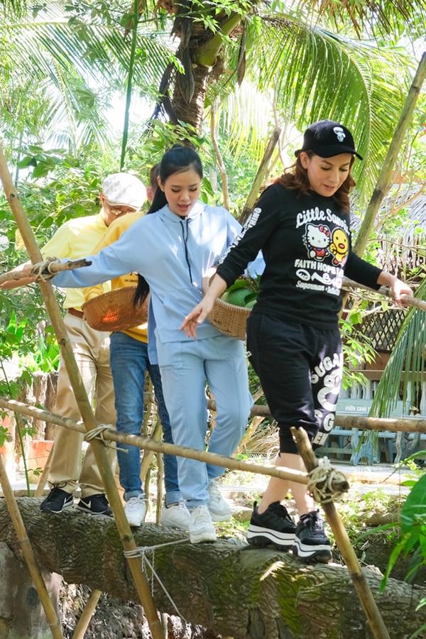 Phi Nhung trổtài đi cầu khỉ dù đi giày đế cao.