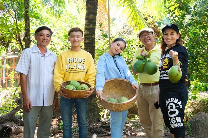 Phi Nhung và các con thích thú vào tận vườn, tự tay hái dừa, hái bưởi để vào bếp làm cơm cho gia đình.