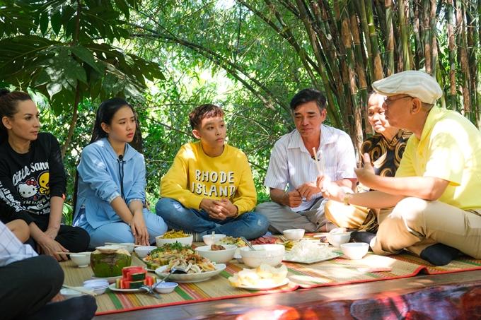 Các nghệ sĩ vui vẻ thưởng thức bữa cơm truyền thống ngày Tết giữa không gian thoáng đãng của sân vườn.