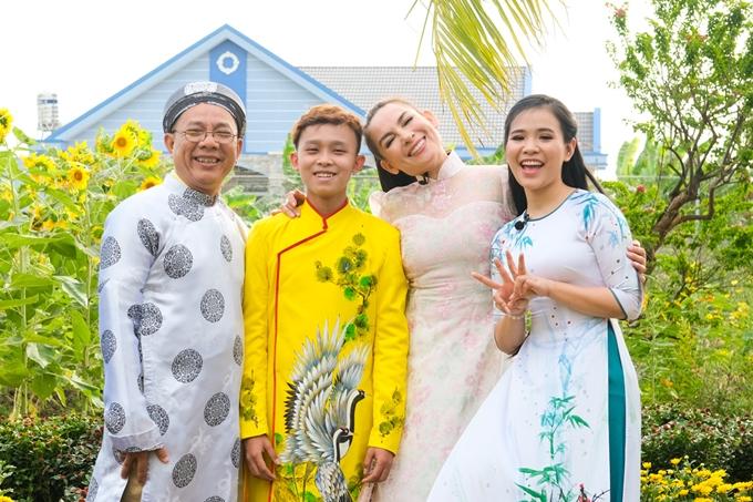 Gia đình Phi Nhung cùng Trung Dân diện áo dài rực rỡ đi du xuân ở chợ hoa. Chương trình sẽ phát sóng vào lúc 17h20 ngày 3/2(29 Tết âm lịch) trên kênh HTV9.
