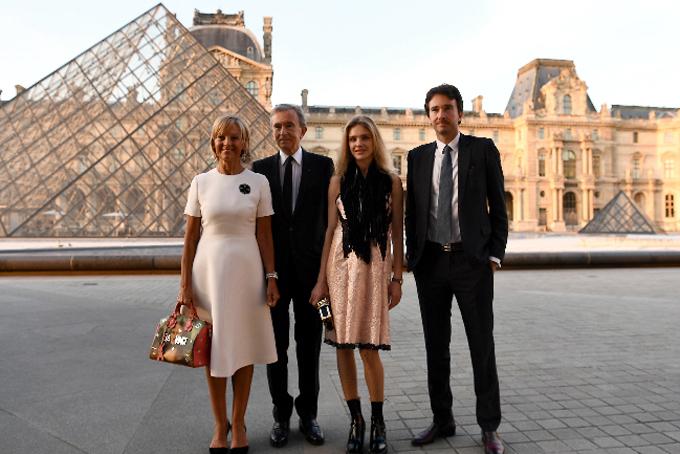 Vợ chồng tỷ phú Bernard Arnault cùngcon trai, con dâu. Ảnh: Gabriel Bouys.
