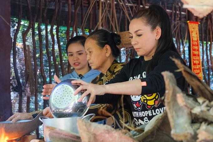 Nữ ca sĩ tự tay thực hiện nhiều món ăn dân dã ngày Tết chiêu đãi mọi người.
