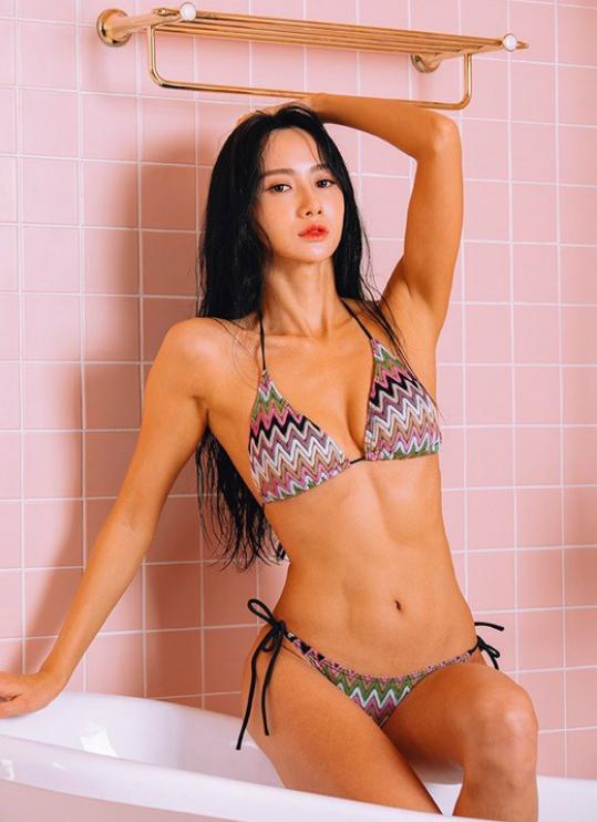 Người đẹp Jeon Hye Bin mới đây xuất hiện trên tạp chí Max Q của Hàn Quốc với phong cách gợi cảm. Trang phục áo tắm sexy giúp cô khoe trọn hình thể đẹp không tì vết. Tháng 10/2018, Jeon Hye Bin vừa giành chiến thắng tại cuộc thiThe MaxQ Musclemania Fitness Korea Championship do Hàn Quốc tổ chức thường niên.