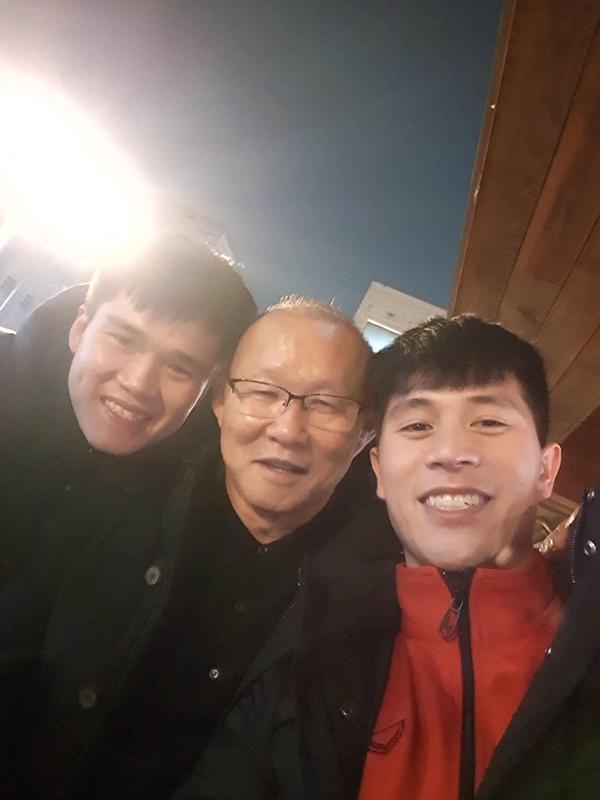 Lục Xuân Hưng (trái) gọi HLV Park là papa.