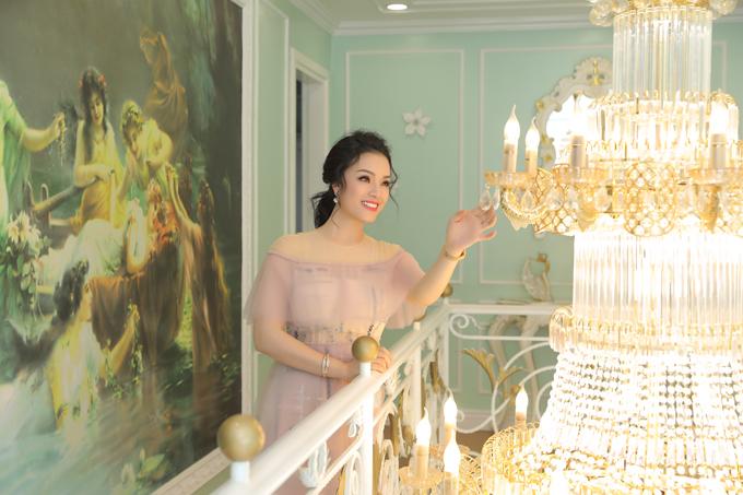 Từngbức tranh treo tường haydàn đèn pha lê... là điểm nhấn giúp không gian sống của vợ chồng nữ ca sĩ thêm xa hoa.