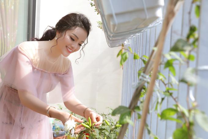 Trên ban công, Tân Nhàn còn trồng một số loại hoa và rau xanh.