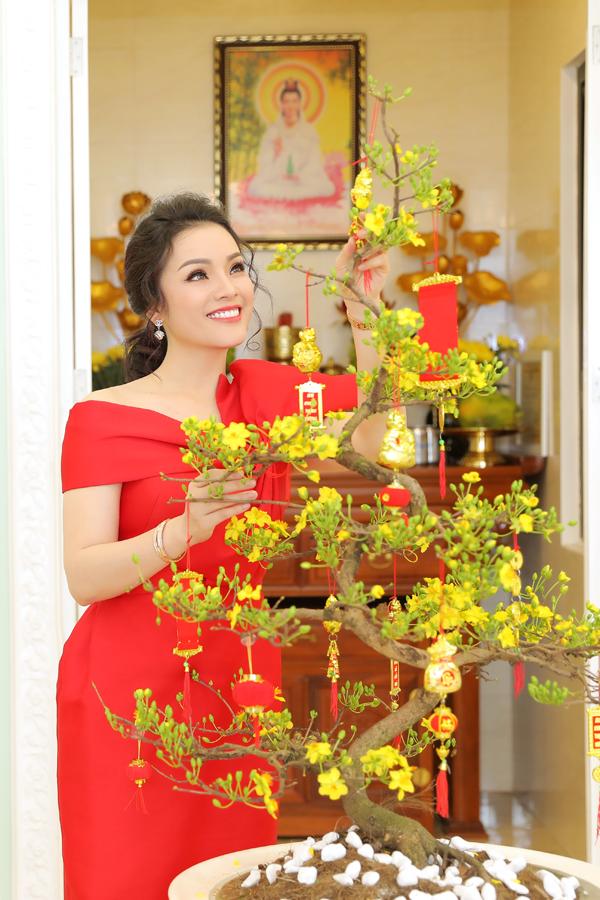 Trong những ngày giáp Tết, nữ ca sĩ bận rộn đi muacác loài hoa để trang hoàng cho căn nhà thêm rực rỡ sắc xuân. Cô đích thân đi chọn cànhđào, cây mai, cây quất để đặt ở phòng khách, gian thờ.
