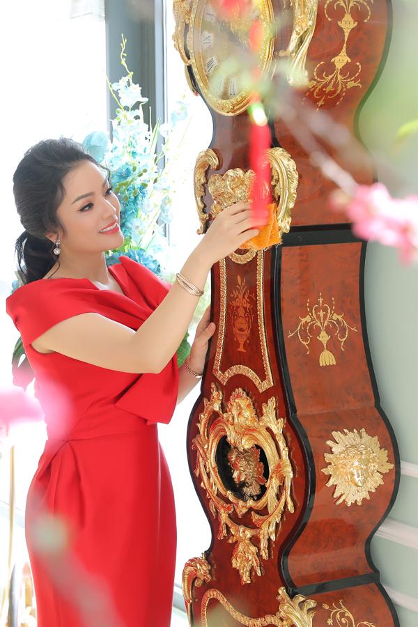 Chiếc đồng hồ mạ vàng có kích thước lớn là một trong những món đồ mà hai vợ chồng nữ ca sĩ rất yêu thích.