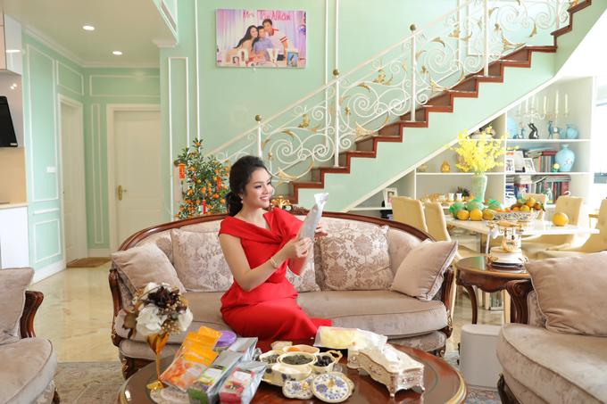 Phòng khách rộng rãi là nơi gia đình cô đón tiếp các vị khách đến thăm nhà trong dịp Tết.
