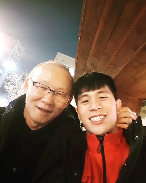 Đình Trọng khoe ảnh selfie với thầy Park và viết chú thích: Đáng yêu vô cùng.