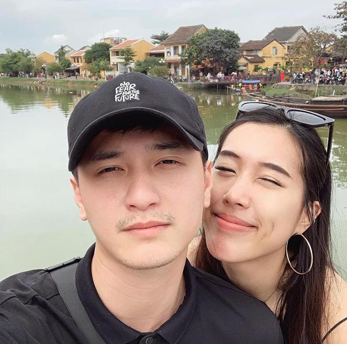 Huỳnh Anh tình tứ đi du lịch phố cổ Hội An cùng bạn gái Việt kiều Bỉ.