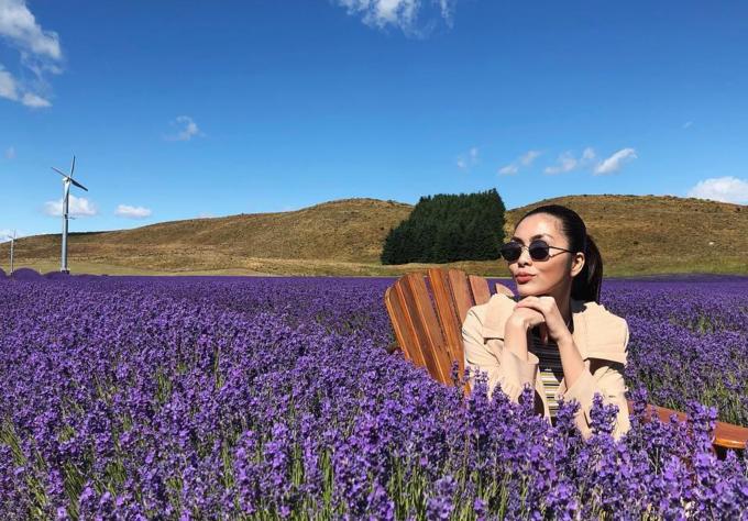 Những ngày đầu năm, Tăng Thanh Hà cùng gia đình sang New Zealand nghỉ dưỡng. Cô may mắn vì đi đúng vào mùa hoa lavender và lupins nở rực rỡ, mọc đầy đường đi. Chỉ cần bước chân xuống cánh đồng ven đường cũng đủ có hàng chục tấm ảnh đẹp. Ngọc nữ hãnh diện khoe nhiều tấm ảnh sống ảo do chính cha cô làm phó nháy.