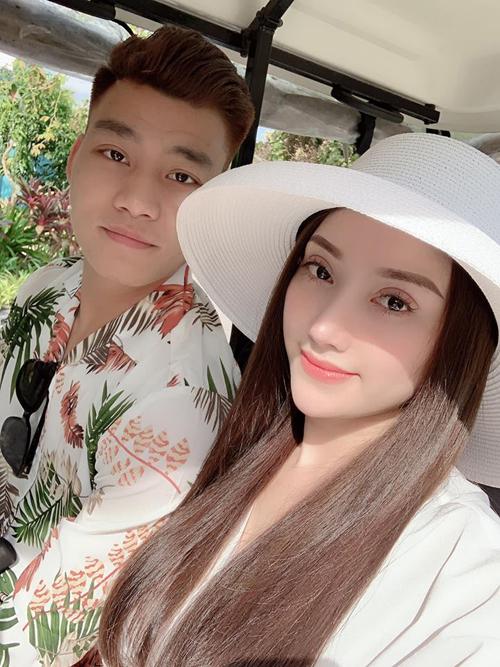 Sau vài tháng điều trị chấn thương ở Hàn Quốc, Văn Thanh trở về Việt Nam đoàn tụ với người thân. Ngay lập tức, chàng hậu vệ của đội tuyển Việt Nam đã cùng bạn gái đi nghỉ ở một khu resort cao cấp tại Phú Quốc và cùng nhau tận hưởng giây phút ngọt ngào.