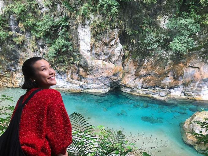 Hoàng Oanh say đắm trước vẻ đẹp của công viên quốc gia Hoa Liên ở Đài Loan. Nữ diễn viên Tháng năm rực rỡ ước giá mà ở Việt Nam cũng có thể bảo tồn các cảnh quan thiên nhiên tốt như ở đây vớikhông khí trong lành, làn nước xanh mát.