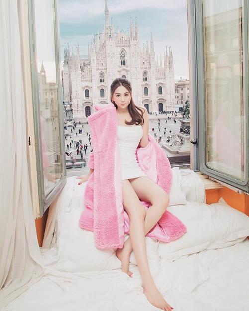 Chứng tỏ độ chịu chơi khi liên tiếp thuê các khách sạn hạng sang ở Thái Lan hay Paris, lần này, Ngọc Trinh tiếp tụcchi hàng nghìn đôla thuê một căn phòng có tầm nhìn hướng thẳng ra nhà thờ Duomo nổi tiếng tại thành phố Milan (Italy). Người đẹpđã phải đăng ký từ lâu và bỏ số tiền lớn để được nghỉ tại đây.