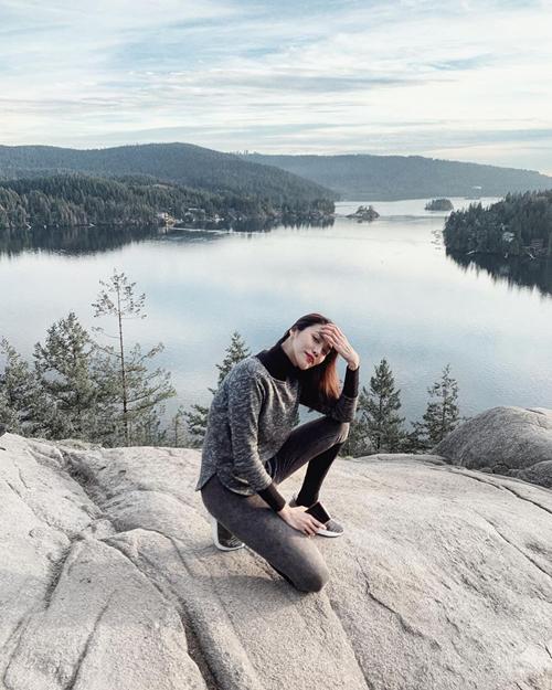 Lan Khuê có kỳ nghỉ đông ở Canada cùng ông xã và gia đình. Tân nương thoải mái đi bộ, leo núi, trượt tuyếtgiữa tiết trời lạnh dù dính nghi án bầu bí.