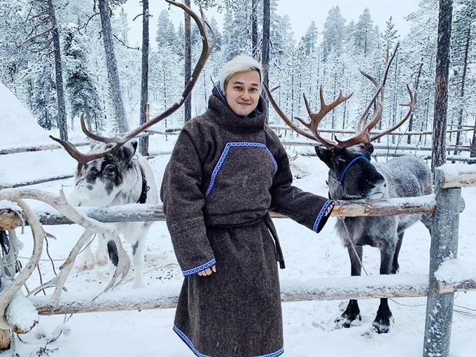 Quang Vinh dường như chẳng muốn cho đôi chân nghỉ ngơi khi vừa kết thúc chuyến đi này đã khời hành ngay chuyến đi khác. Tháng 1, chàng hoàng tử sơn ca bất chấp giá lạnh tới ở Murmansk (thành phố ở tây bắc Nga) - nơi được xem là thành phố lớn nhất thế giới nằm trên vòng Bắc Cực. Anh chia sẻ : Bắc Cực mộtnăm có 2 đợt thời tiết kì lạ: Polar Night (chuỗi ngày không có mặt trời) diễn ra từ khoảng giữa tháng 12 đến giữa tháng 1, ban ngày mà cứ như đêm, ngày nào thời tiết đẹp thì có chút ánh sáng diễn ra ít ỏi trong vài tiếng đồng hồ. Và ngược lại Polar Day, diễn ra vào mùa hè khi ban đêm như ban ngày. Ảnh chụp lúc 12htrưa lúc thời tiết đang đẹp. Tuyết lên tới đầu gối tha hồ nằm ngồi lăn lê bò lết, mịn xịn như tấm chăn bông.