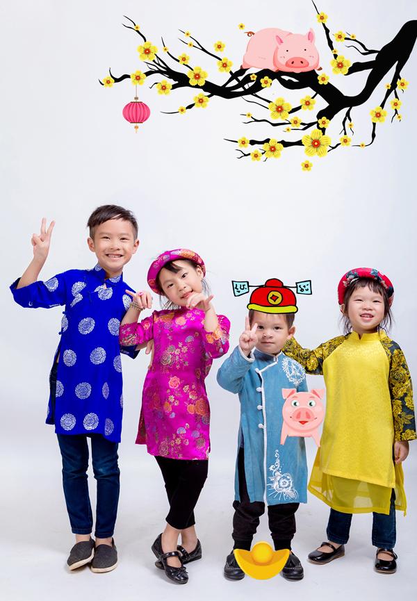 Bốn con của họ là bé Rio, Cherry, Mio và Sunny thích thú khi được diện áo dài tạo dáng trước ống kính.