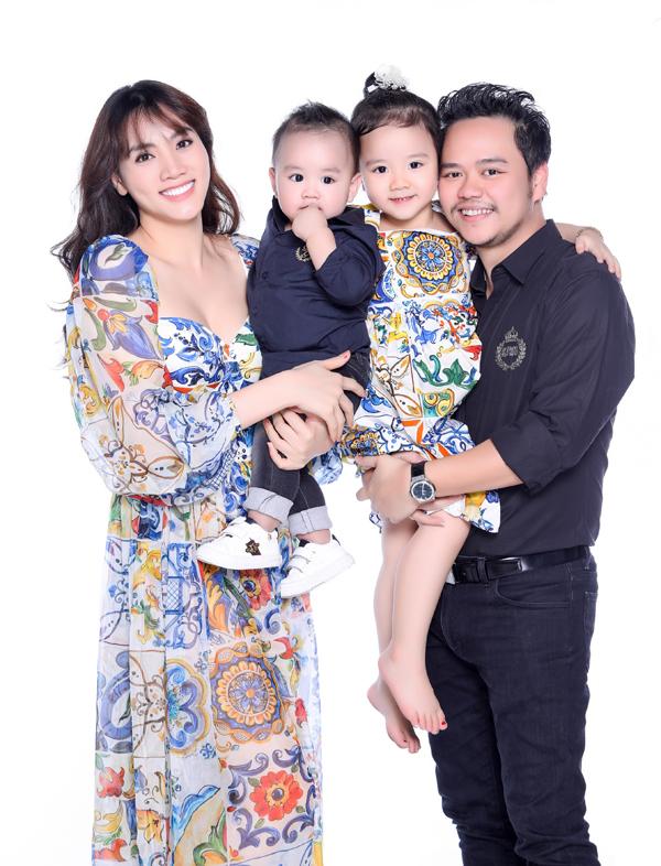Trang Nhung rạng rỡ chụp ảnh cùng chồng đạo diễn và hai con ngoan ngoãn, đáng yêu.