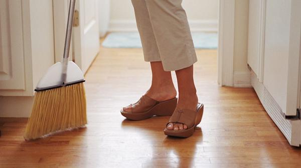 Quét nhà Quét đi những hạt bụi trên sàn bếp hoặc quét lá ngoài sân trong một giờ có thể dẫn đến 269 calo bị đốt cháy