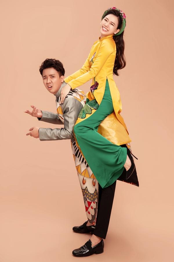 Trấn Thành cõng Hari Won kết hợp biểu cảm hài hước, mang đến sự sinh động cho bộ ảnh.