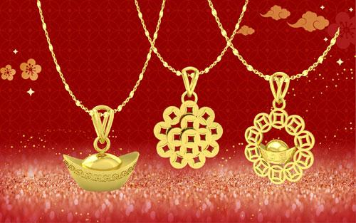 Nhiều dây chuyền với mặt dây có hình dáng như thỏi vàng, bông hoa được kết từ nhiều đồng tiền vàng... cũng là những món quà hoàn hảo dành tặng nửa kia. Đây là lời chúc mà DOJI muốn gửi tới các cặp đôi trong năm mới luôn giàu có về tình cảm, dồi dào về tài lộc.