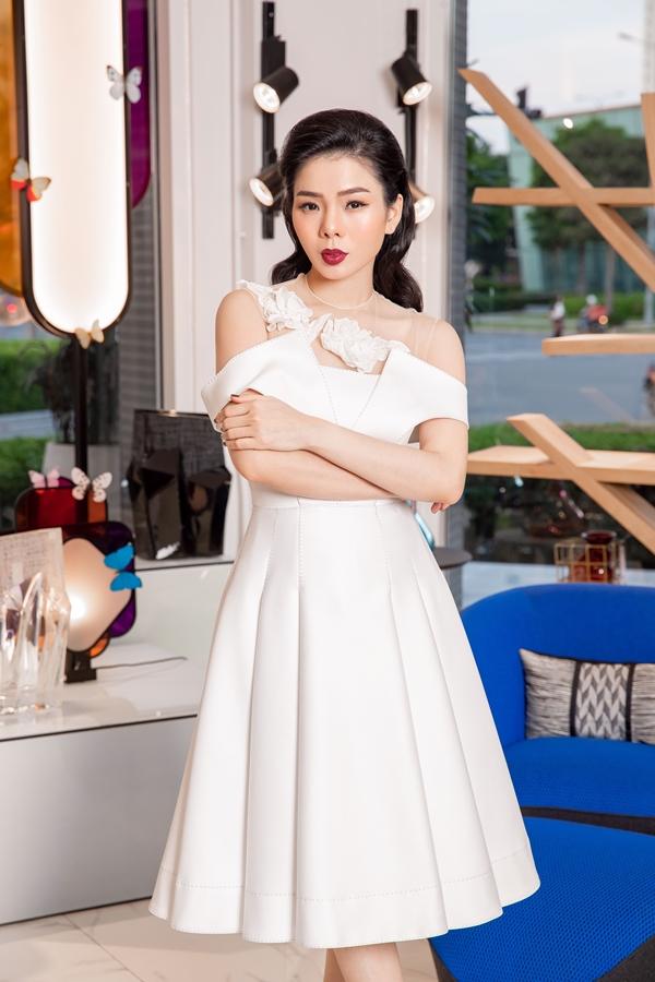 Bên cạnh những trang phục dạ hộitrình diễn trên sân khấu, Lệ Quyên cũng yêu thích mẫu váy nhẹ nhàng, phù hợp nhiều sự kiện.
