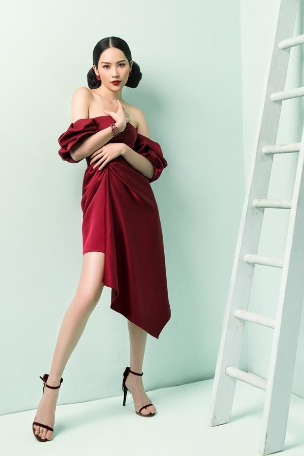 Nữ người mẫu khéo léo phối giày cao gót quai mảnh và trang sức đồng điệu.
