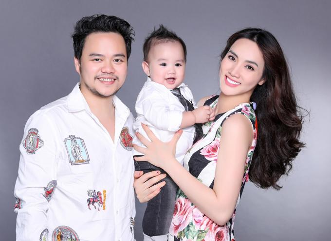 Bé Gấu hớn hở cười tươi trong vòng tay mẹ. Nhiều người khen Trang Nhung chăm con khéo. Cả hai bé nhà cô đều khỏe, đẹp, lanh lợi từ nhỏ.
