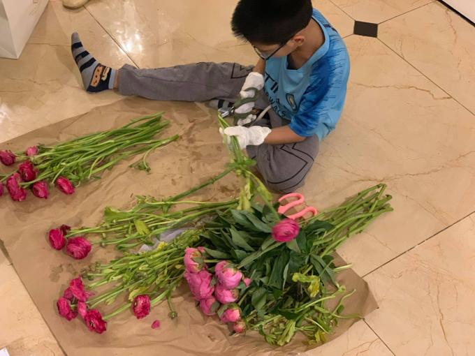 Tết này, Tùng Anh còn trực tiếp tham gia vào công việc trang trí nhà cửa với bố mẹ. Cậu bé đã tự đi chọn lọ và cắm một bình hoa khiến ông bà, bố mẹ bất ngờ.