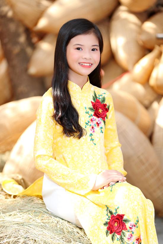 Bé Phương Trâm tạo dáng nhẹ nhàng và e lệ không thua kém các người đẹp nổi tiếng của showbiz Việt khi chụp ánh áo dài.