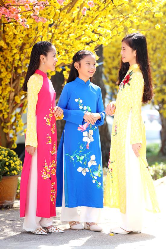 Áo dài cho bé gái đa dạng hơn từ màu sắc cho đến các kiểu họa tiết hoa lá đậm chất xuân.