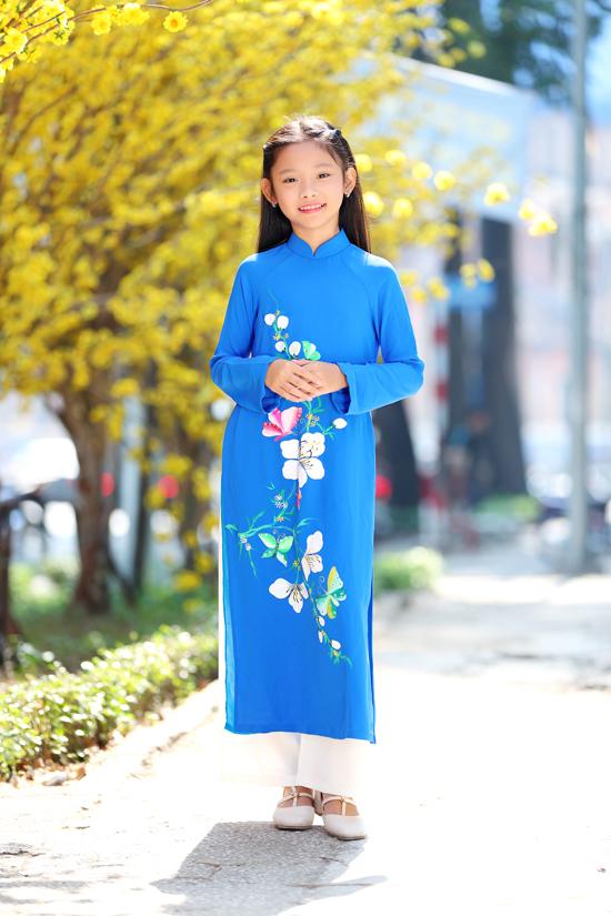 Thiếu Gia Mỹ nhẹ nhàng cùng áo dài cổ điển tông xanh thiên thanh. Mẫu trang phục gợi nhớ hình ảnh của phái đẹp ở nhữngthập niên 80/90.