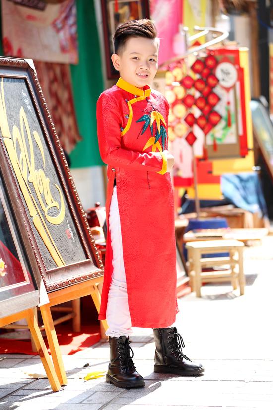 Thiên Bảo lại chọn áo dài đỏ tươi, tông màu luôn được người Á Đông ưa chuộng và sử dụng vào dịp đầu năm. Bởi đây là tông màu tượng trưng cho sự may mắn.
