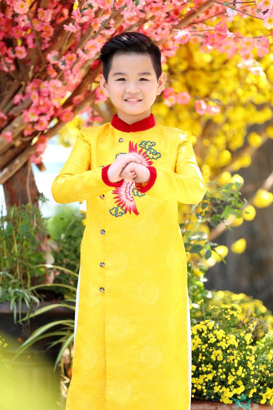 Hot boy nhí Phong Vinh chọn áo dài vàng nổi bật - gam màu của mặt trời, mùa xuân và mang đến nguồn năng lượng mới.