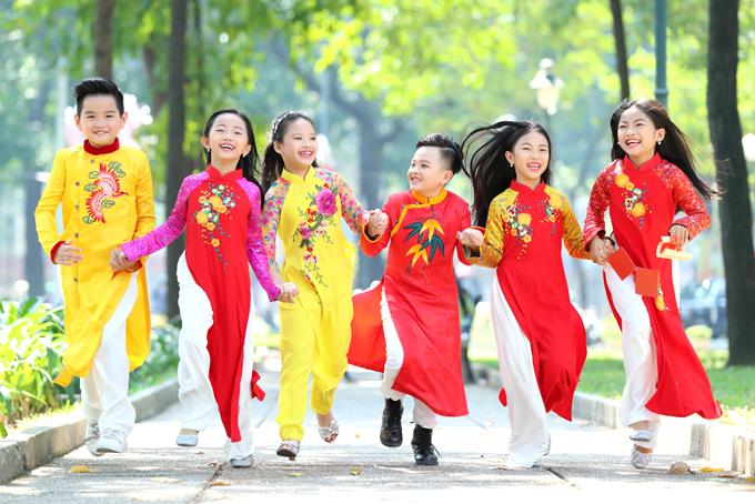 Vào ngày Tết, ngoài trang phục xinh xắn hợp xu hướng, các bé còn thích diện áo dài Tết và được ba mẹ đưa đi dạo phố Tết, ngắm đường hoa.