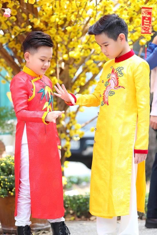 Các người mẫu sáng giá của câu lạc bộ Pinkids cũng được chọn cho mình các mẫu áo dài nhiều sắc màu cuốn hút để đi chụp ảnh mừng xuân Kỷ Hợi.